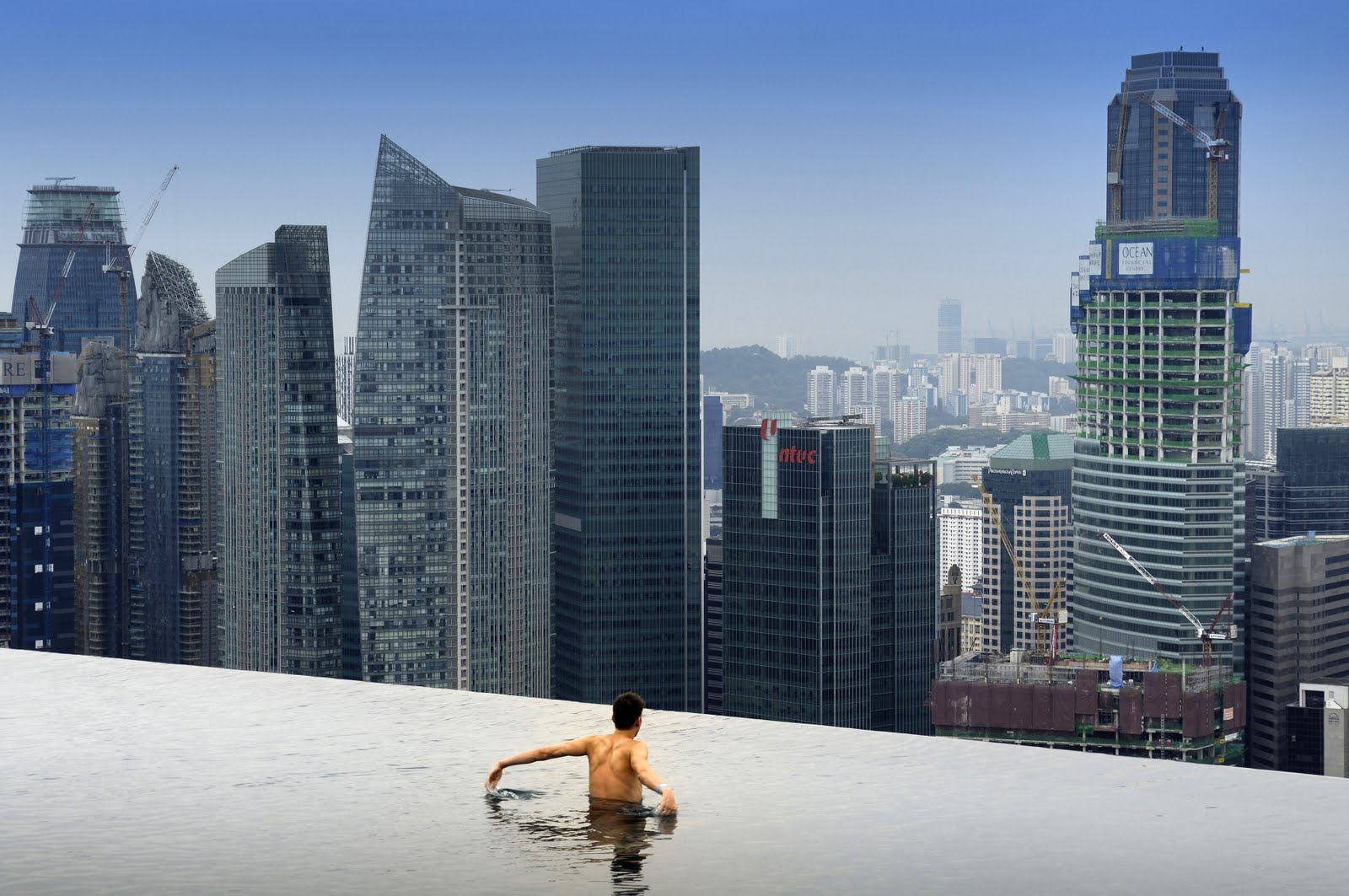 Le 10 piscine pi suggestive del mondo coolture hunter for Tallest hotel in singapore