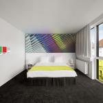 Hotel Pantone fluo Room